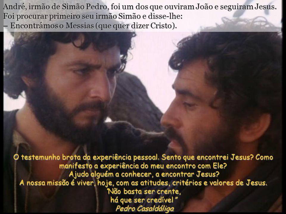 André, irmão de Simão Pedro, foi um dos que ouviram João e seguiram Jesus. Foi procurar primeiro seu irmão Simão e disse-lhe: – Encontrámos o Messias (que quer dizer Cristo).