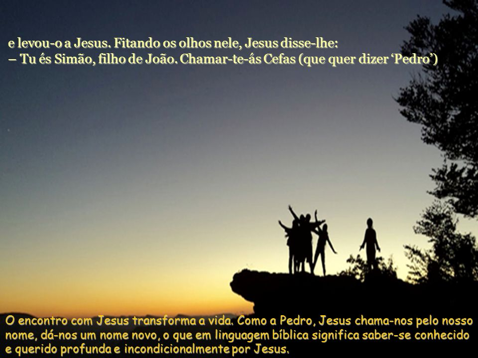 e levou-o a Jesus. Fitando os olhos nele, Jesus disse-lhe: – Tu és Simão, filho de João. Chamar-te-ás Cefas (que quer dizer 'Pedro')