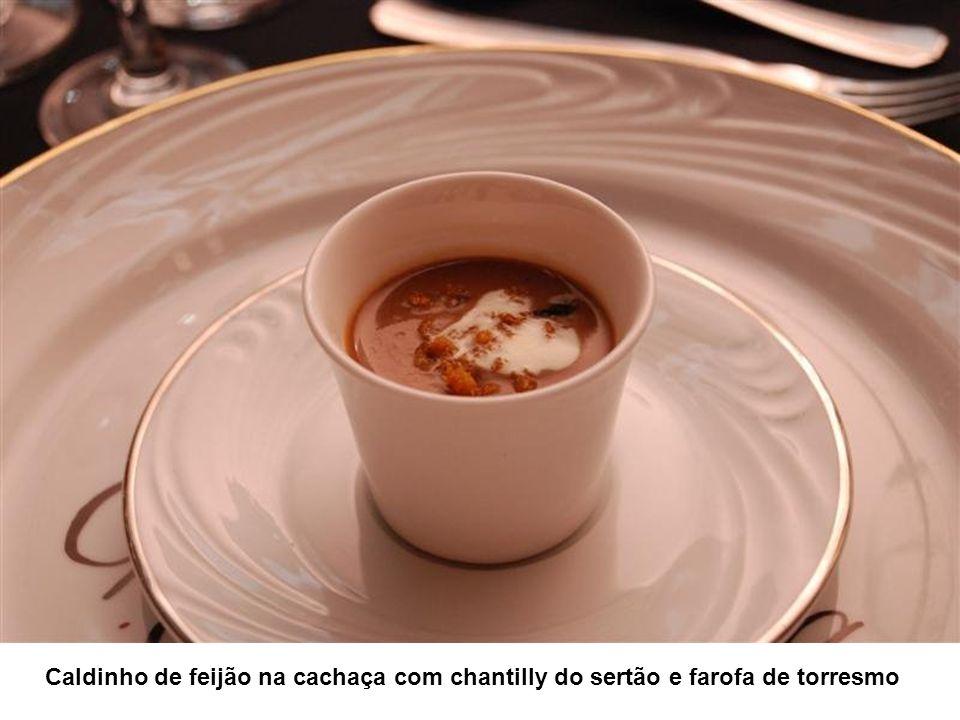 Caldinho de feijão na cachaça com chantilly do sertão e farofa de torresmo