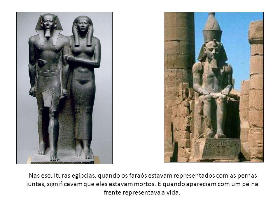 Nas esculturas egípcias, quando os faraós estavam representados com as pernas juntas, significavam que eles estavam mortos.