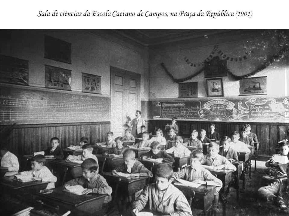 Sala de ciências da Escola Caetano de Campos, na Praça da República (1901)