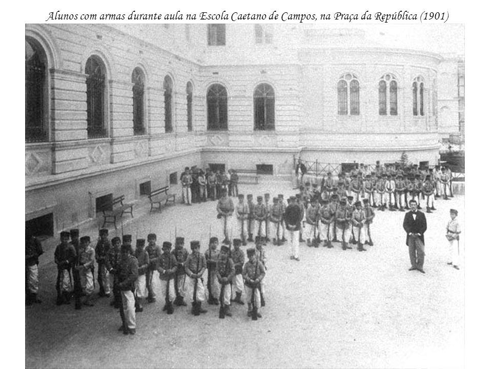 Alunos com armas durante aula na Escola Caetano de Campos, na Praça da República (1901)