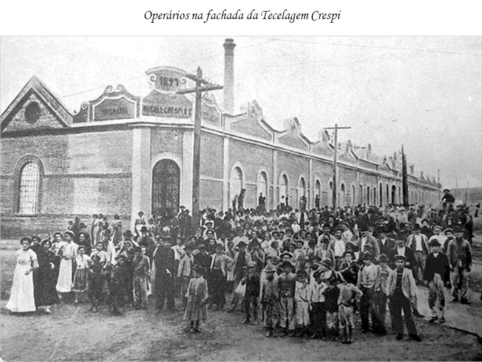 Operários na fachada da Tecelagem Crespi