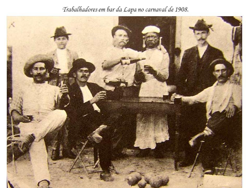 Trabalhadores em bar da Lapa no carnaval de 1908.