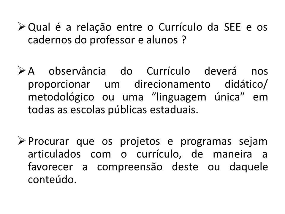 Qual é a relação entre o Currículo da SEE e os cadernos do professor e alunos