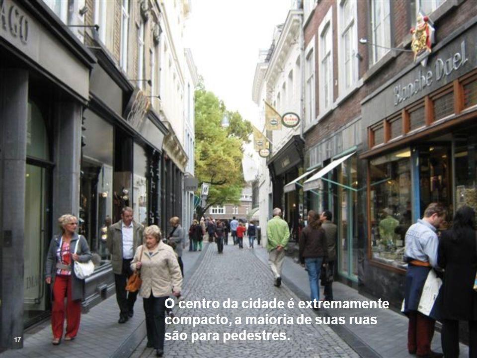 O centro da cidade é extremamente compacto, a maioria de suas ruas são para pedestres.