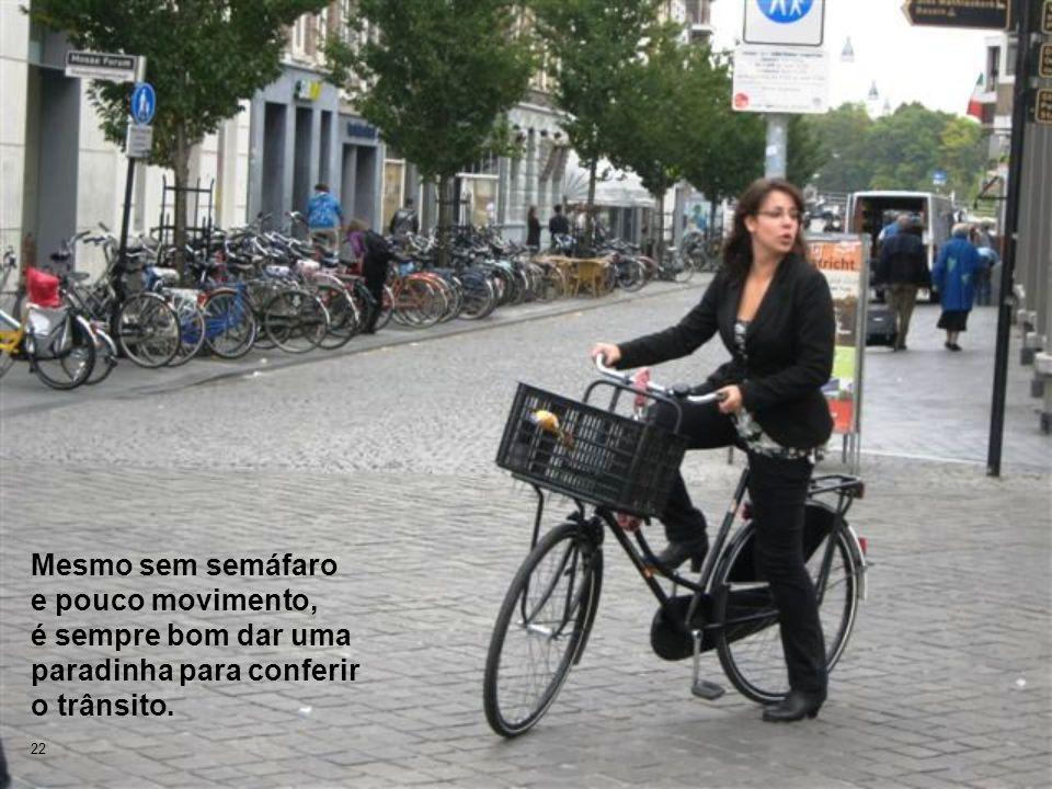 Mesmo sem semáfaro e pouco movimento, é sempre bom dar uma paradinha para conferir o trânsito.
