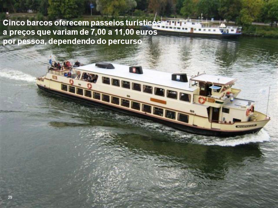 Cinco barcos oferecem passeios turísticos a preços que variam de 7,00 a 11,00 euros por pessoa, dependendo do percurso