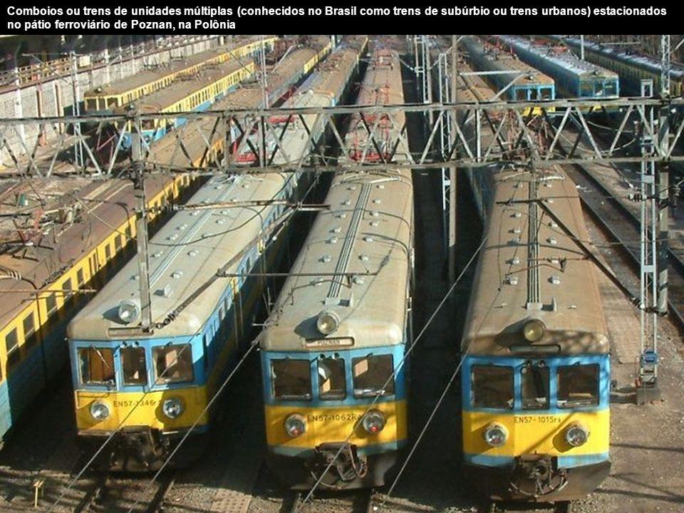 Comboios ou trens de unidades múltiplas (conhecidos no Brasil como trens de subúrbio ou trens urbanos) estacionados no pátio ferroviário de Poznan, na Polônia