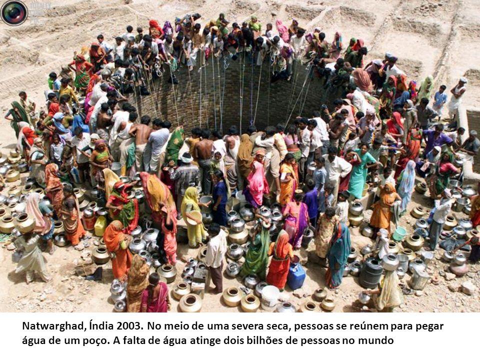 Natwarghad, Índia 2003. No meio de uma severa seca, pessoas se reúnem para pegar água de um poço.