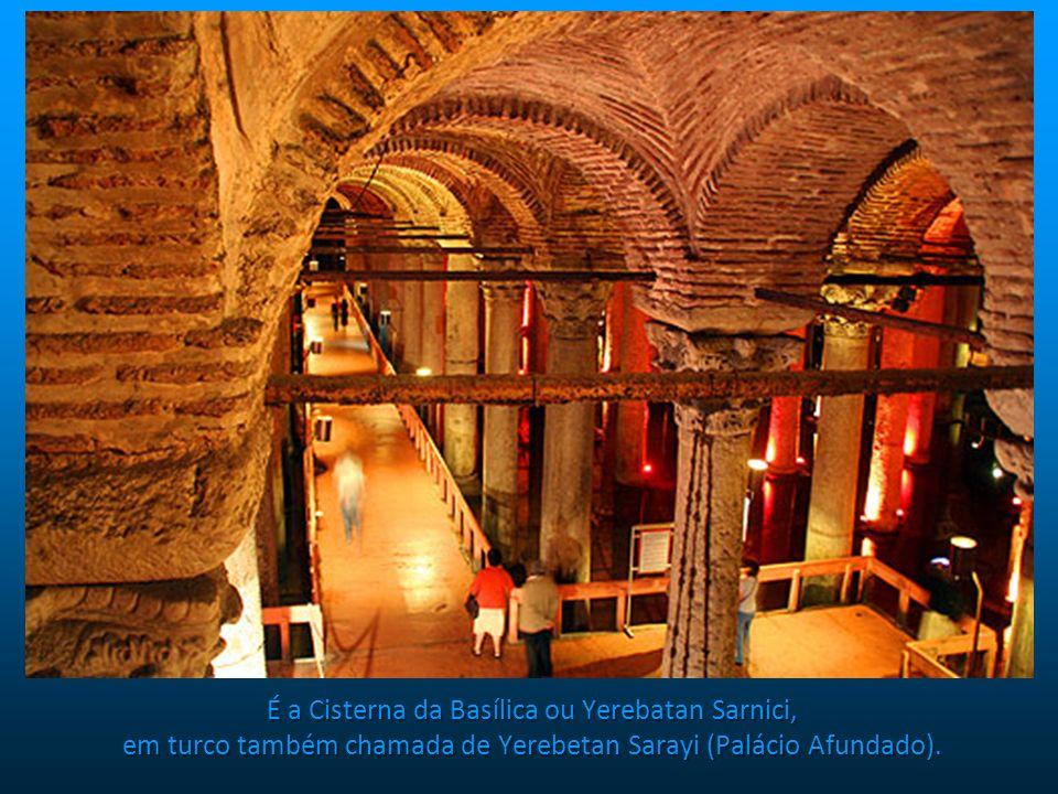 É a Cisterna da Basílica ou Yerebatan Sarnici, em turco também chamada de Yerebetan Sarayi (Palácio Afundado).