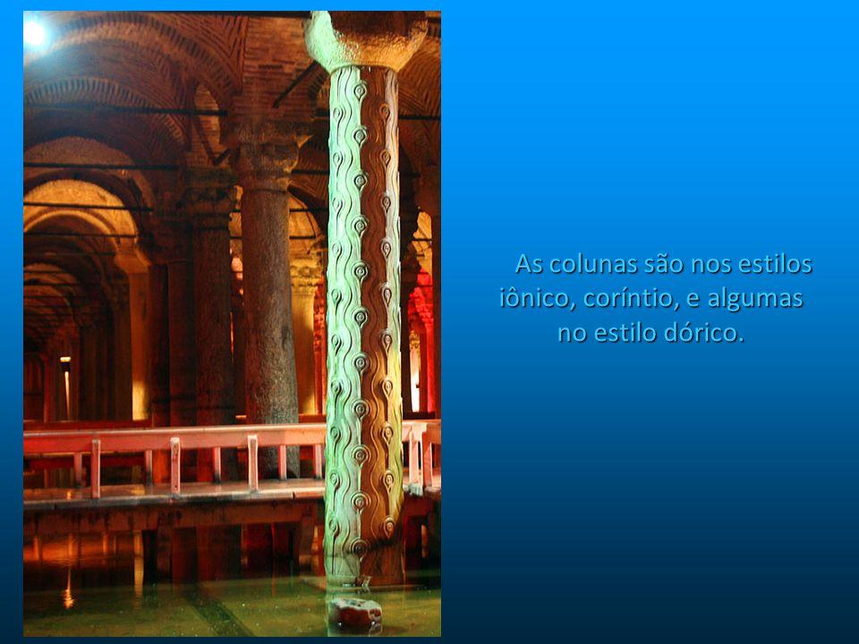As colunas são nos estilos iônico, coríntio, e algumas no estilo dórico.