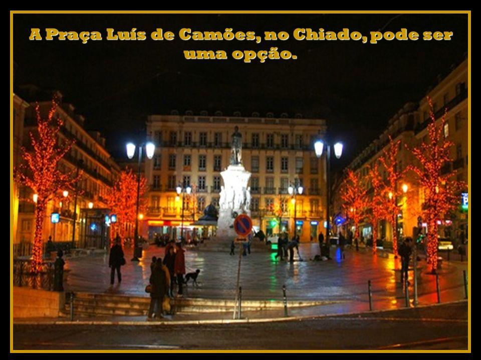 A Praça Luís de Camões, no Chiado, pode ser uma opção.