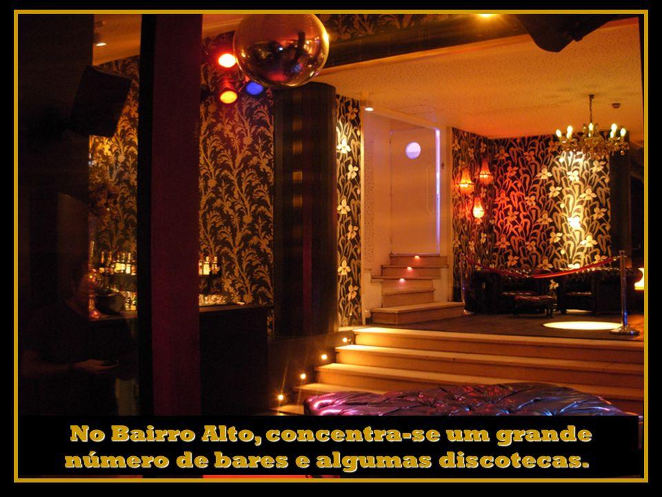 No Bairro Alto, concentra-se um grande número de bares e algumas discotecas.