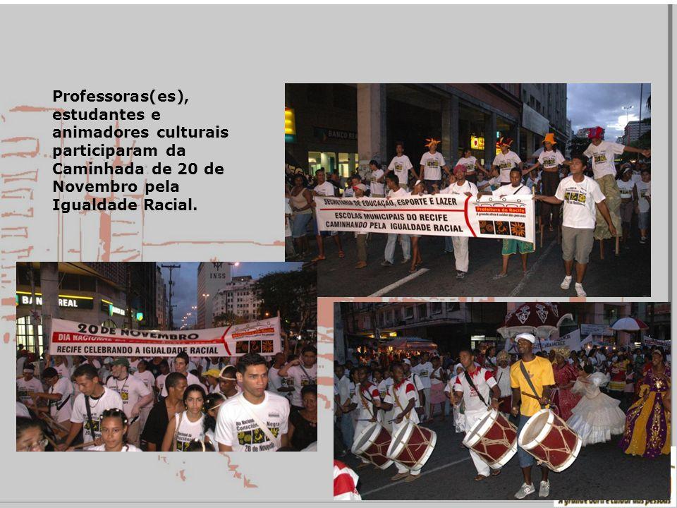 Professoras(es), estudantes e animadores culturais participaram da Caminhada de 20 de Novembro pela Igualdade Racial.