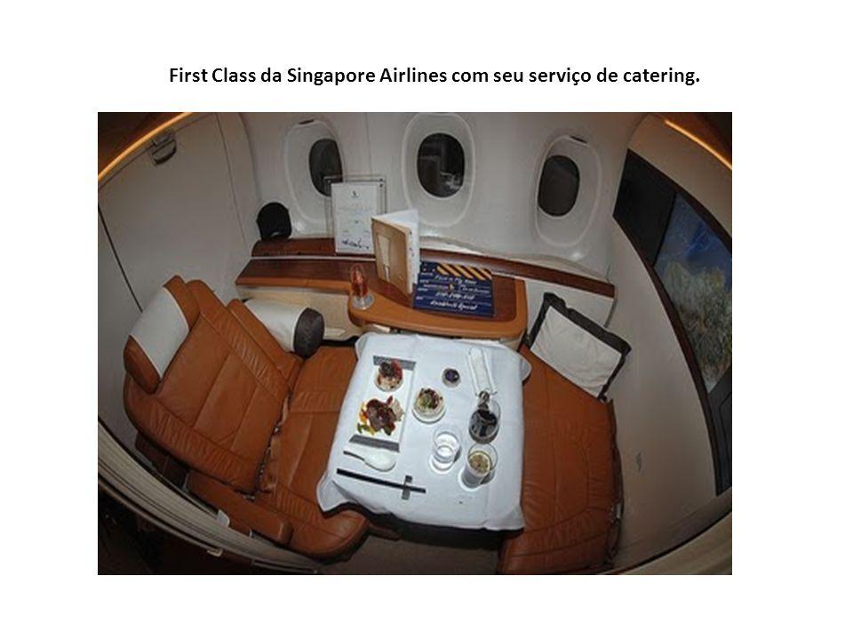 First Class da Singapore Airlines com seu serviço de catering.
