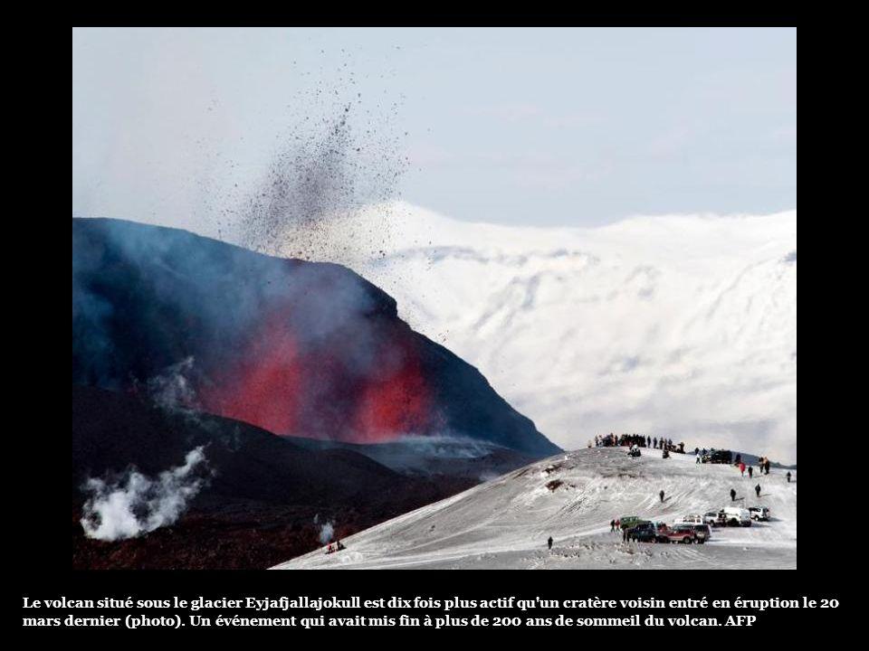 Le volcan situé sous le glacier Eyjafjallajokull est dix fois plus actif qu un cratère voisin entré en éruption le 20 mars dernier (photo).
