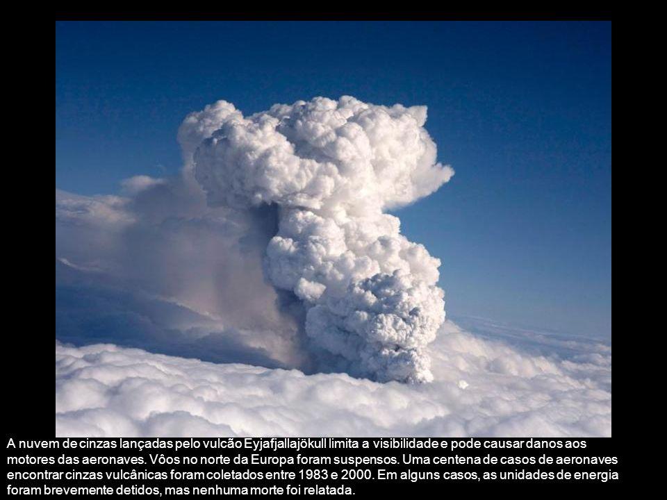 A nuvem de cinzas lançadas pelo vulcão Eyjafjallajökull limita a visibilidade e pode causar danos aos motores das aeronaves.