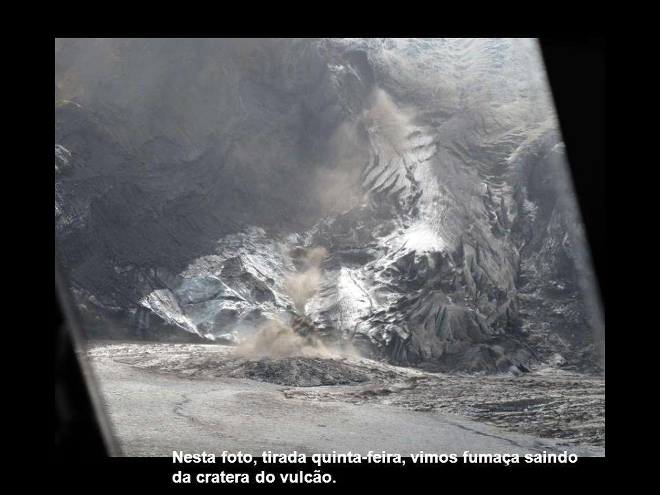 Nesta foto, tirada quinta-feira, vimos fumaça saindo da cratera do vulcão.