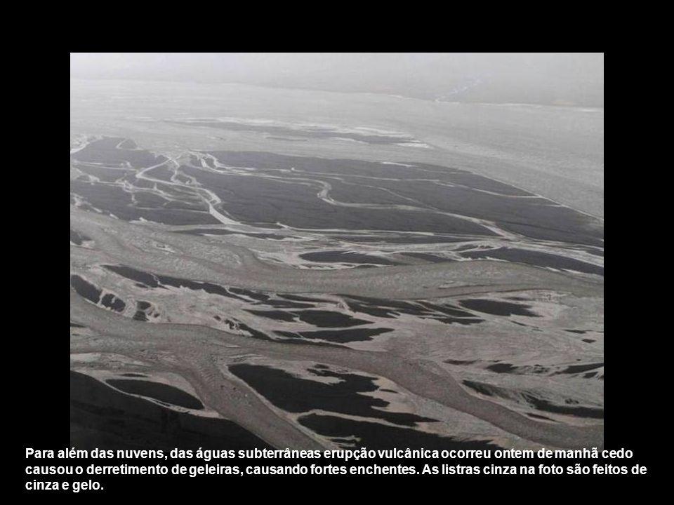 Para além das nuvens, das águas subterrâneas erupção vulcânica ocorreu ontem de manhã cedo causou o derretimento de geleiras, causando fortes enchentes.