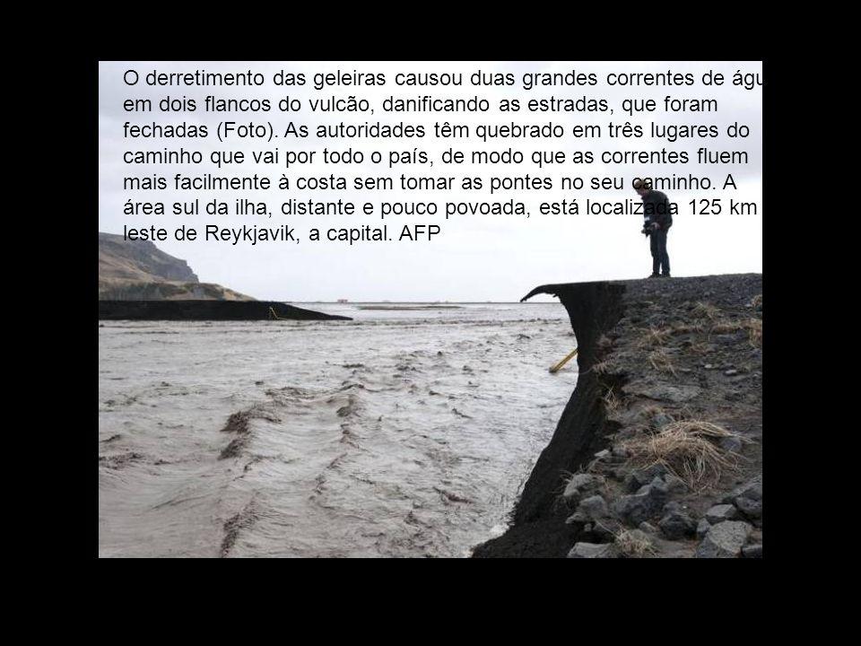 O derretimento das geleiras causou duas grandes correntes de água em dois flancos do vulcão, danificando as estradas, que foram fechadas (Foto).