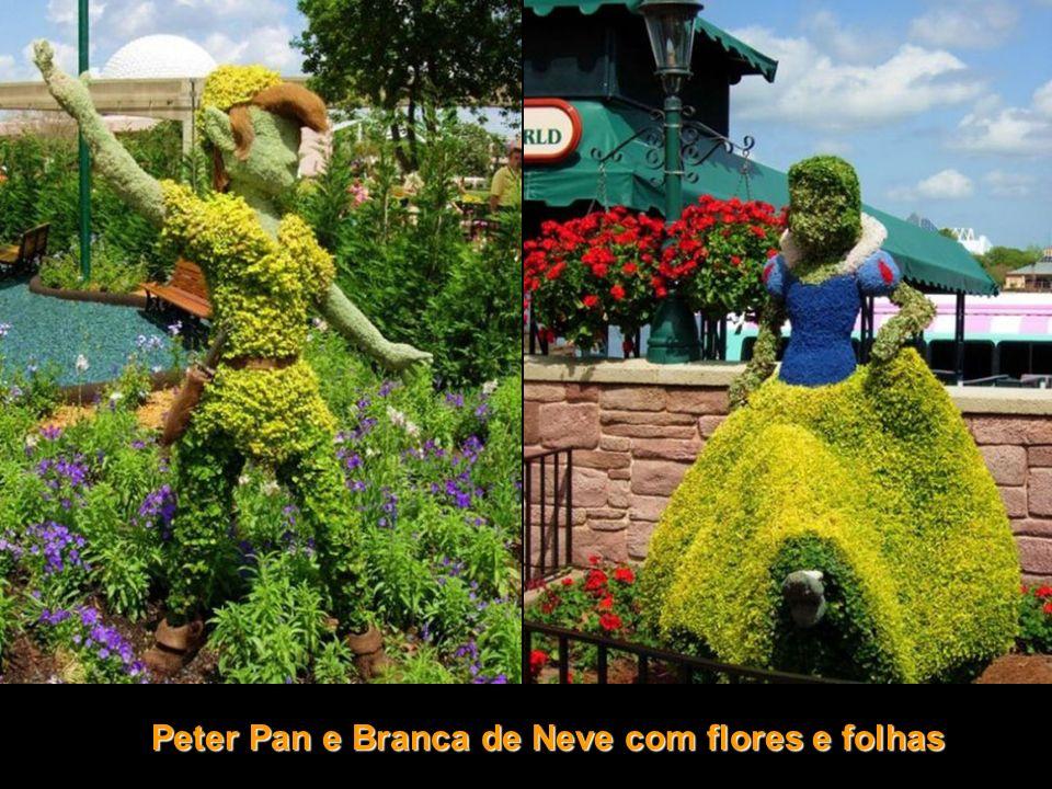 Peter Pan e Branca de Neve com flores e folhas