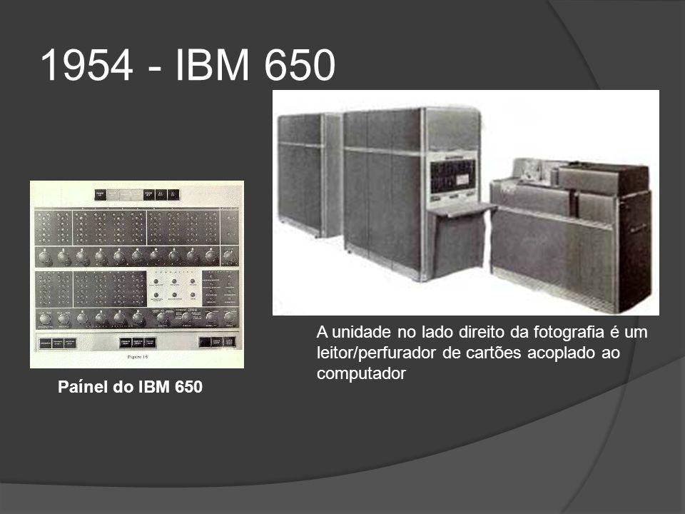 1954 - IBM 650 A unidade no lado direito da fotografia é um leitor/perfurador de cartões acoplado ao computador.