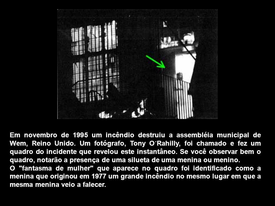Em novembro de 1995 um incêndio destruiu a assembléia municipal de Wem, Reino Unido. Um fotógrafo, Tony O´Rahilly, foi chamado e fez um quadro do incidente que revelou este instantâneo. Se você observar bem o quadro, notarão a presença de uma silueta de uma menina ou menino.