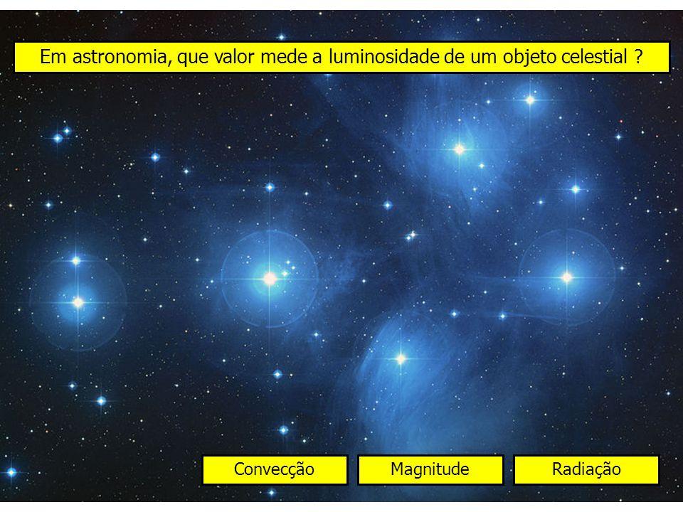 Em astronomia, que valor mede a luminosidade de um objeto celestial