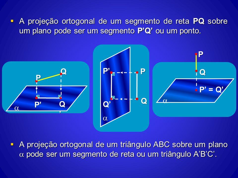 A projeção ortogonal de um segmento de reta PQ sobre um plano pode ser um segmento P'Q' ou um ponto.