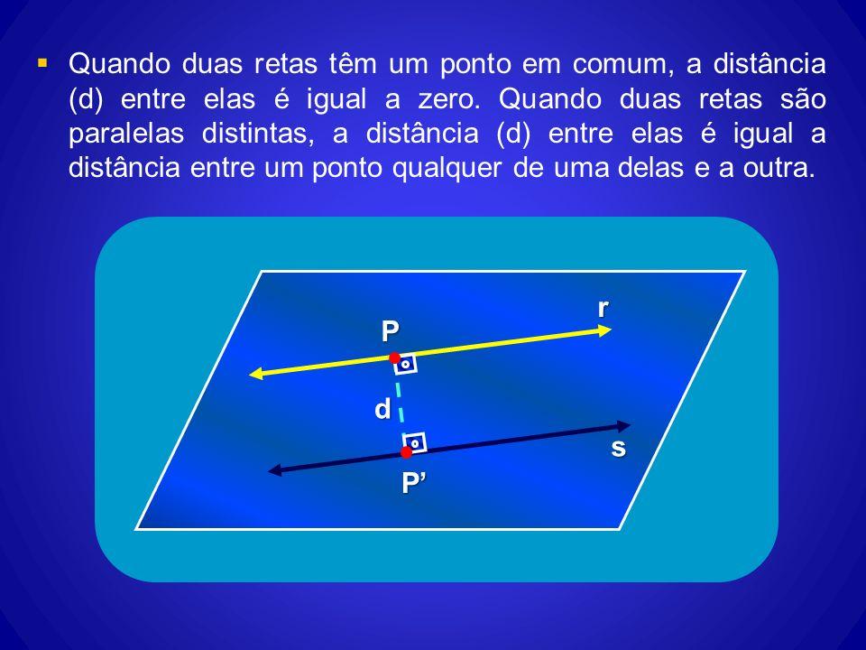 Quando duas retas têm um ponto em comum, a distância (d) entre elas é igual a zero. Quando duas retas são paralelas distintas, a distância (d) entre elas é igual a distância entre um ponto qualquer de uma delas e a outra.