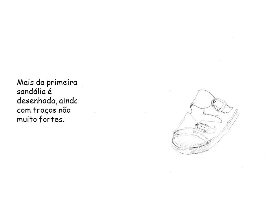 Mais da primeira sandália é desenhada, ainda com traços não muito fortes.