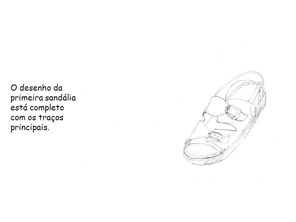 O desenho da primeira sandália está completo com os traços principais.