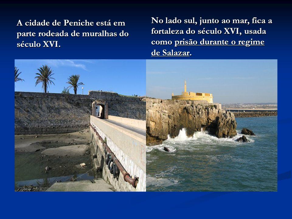 No lado sul, junto ao mar, fica a fortaleza do século XVI, usada como prisão durante o regime de Salazar.