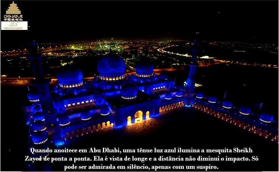 Quando anoitece em Abu Dhabi, uma tênue luz azul ilumina a mesquita Sheikh Zayed de ponta a ponta.
