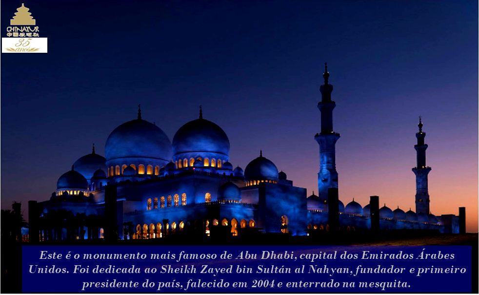 presidente do país, falecido em 2004 e enterrado na mesquita.