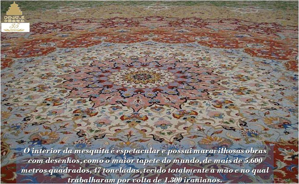 O interior da mesquita é espetacular e possui maravilhosas obras com desenhos, como o maior tapete do mundo, de mais de 5.600 metros quadrados, 47 toneladas, tecido totalmente a mão e no qual trabalharam por volta de 1.300 iranianos.