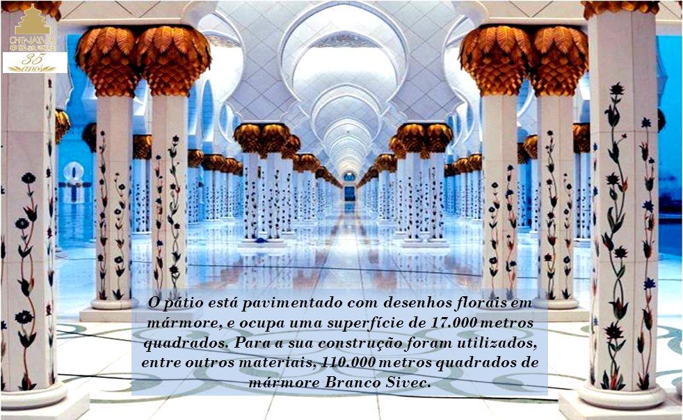 O pátio está pavimentado com desenhos florais em mármore, e ocupa uma superfície de 17.000 metros quadrados. Para a sua construção foram utilizados,