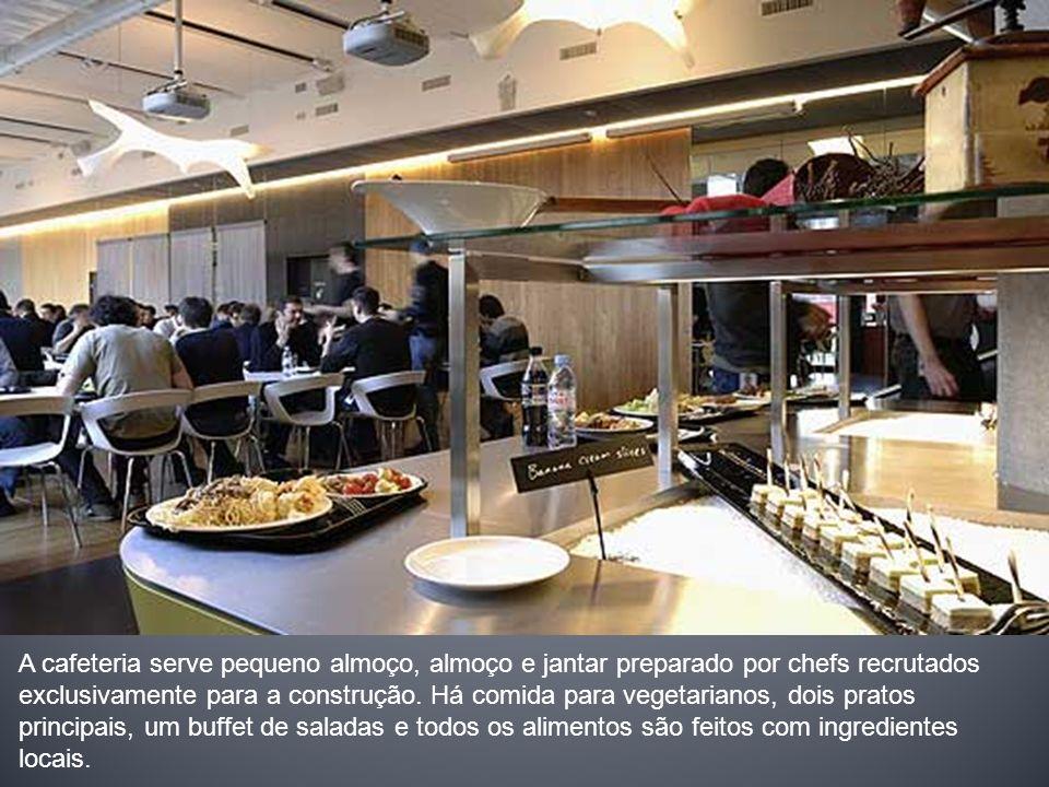 A cafeteria serve pequeno almoço, almoço e jantar preparado por chefs recrutados exclusivamente para a construção.