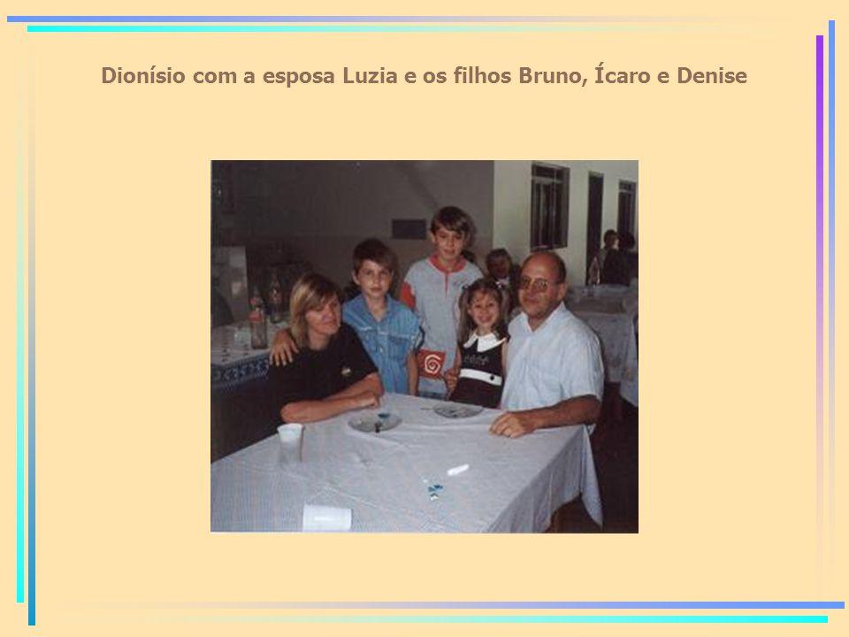 Dionísio com a esposa Luzia e os filhos Bruno, Ícaro e Denise