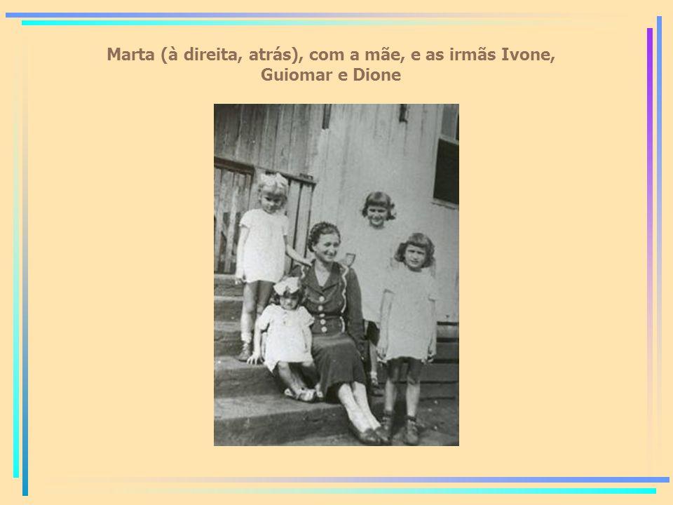 Marta (à direita, atrás), com a mãe, e as irmãs Ivone, Guiomar e Dione