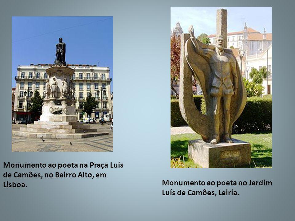 Monumento ao poeta na Praça Luís de Camões, no Bairro Alto, em Lisboa.