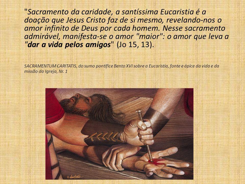 Sacramento da caridade, a santíssima Eucaristia é a doação que Jesus Cristo faz de si mesmo, revelando-nos o amor infinito de Deus por cada homem.