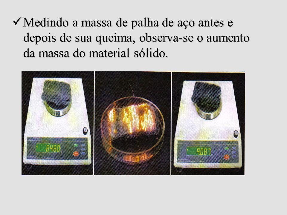 Medindo a massa de palha de aço antes e depois de sua queima, observa-se o aumento da massa do material sólido.