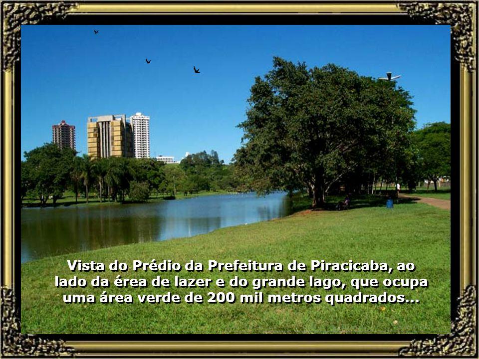 Vista do Prédio da Prefeitura de Piracicaba, ao lado da érea de lazer e do grande lago, que ocupa uma área verde de 200 mil metros quadrados...