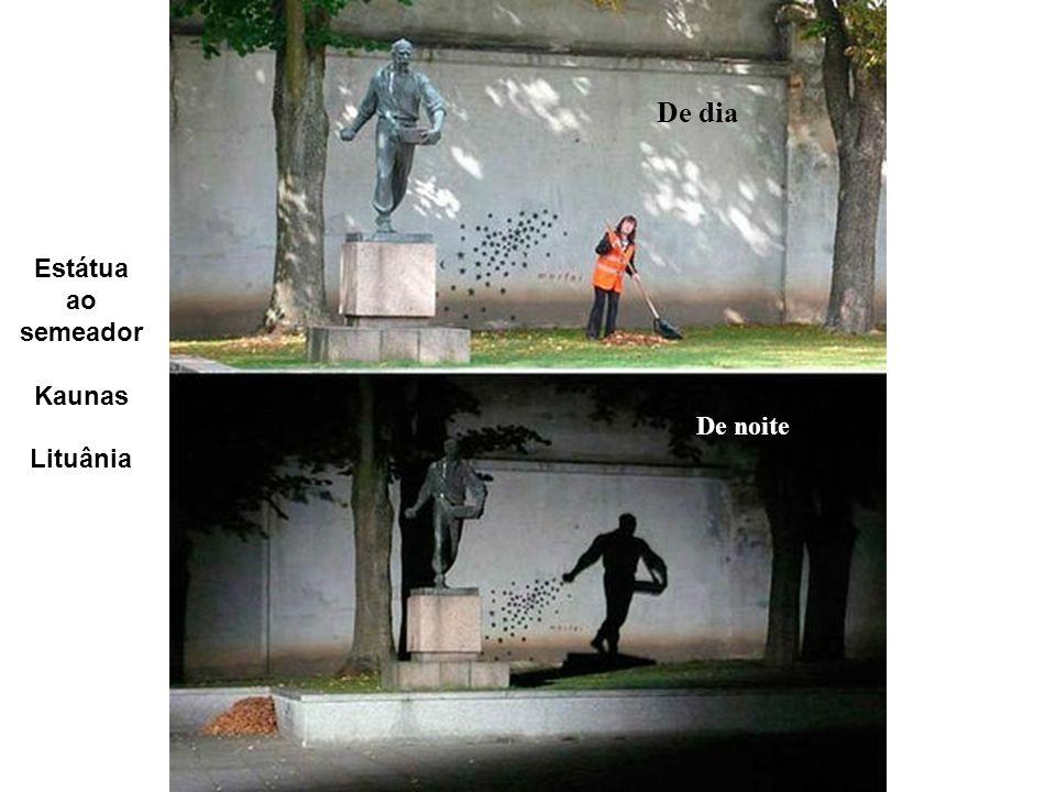 De dia Estátua ao semeador Kaunas Lituânia De noite