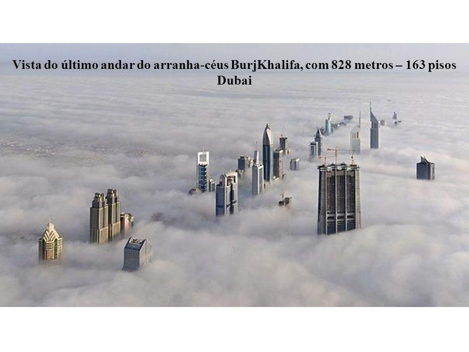 Vista do último andar do arranha-céus BurjKhalifa, com 828 metros – 163 pisos Dubai