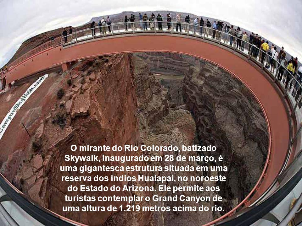 O mirante do Rio Colorado, batizado Skywalk, inaugurado em 28 de março, é uma gigantesca estrutura situada em uma reserva dos índios Hualapai, no noroeste do Estado do Arizona.