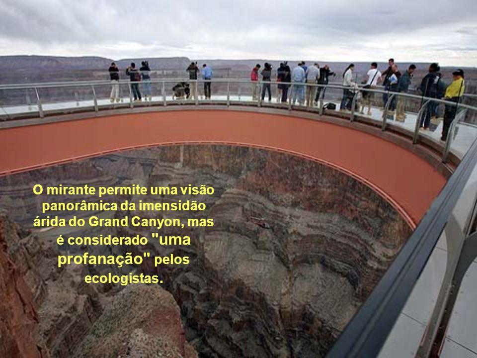 O mirante permite uma visão panorâmica da imensidão árida do Grand Canyon, mas é considerado uma profanação pelos ecologistas.