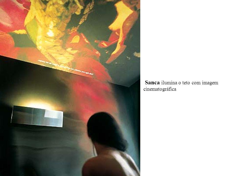 Sanca ilumina o teto com imagem cinematográfica